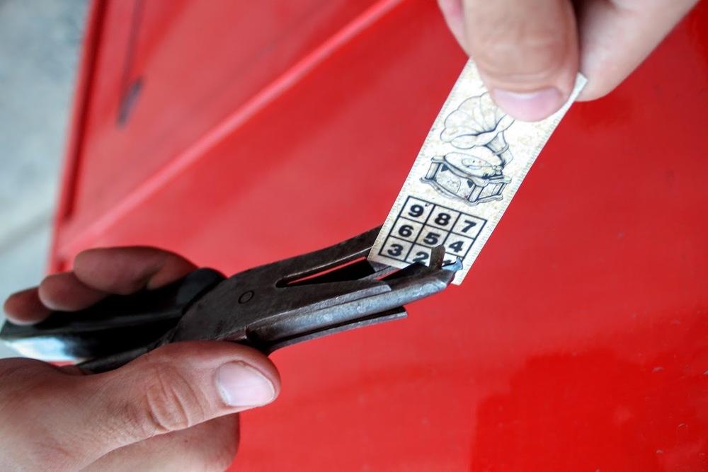 Deti si môžu počas prestávok označiť cestovné lístky sprievodcovskými klieštikmi.
