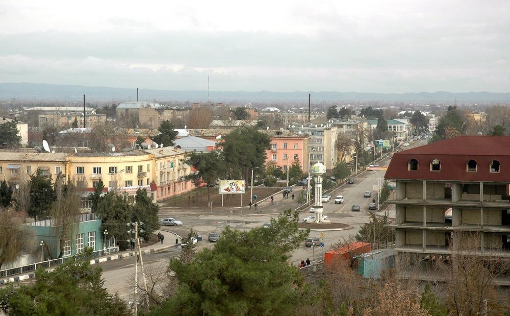 Pohled na město na fotografii z roku 2010. Ve městě Kurgan-Tyube (též psaném jako Qurghonteppa), které leží na jihozápadě Tádžikistánu, dnes žije okolo 100 000 obyvatel. (zdroj: Wikipedia.org)