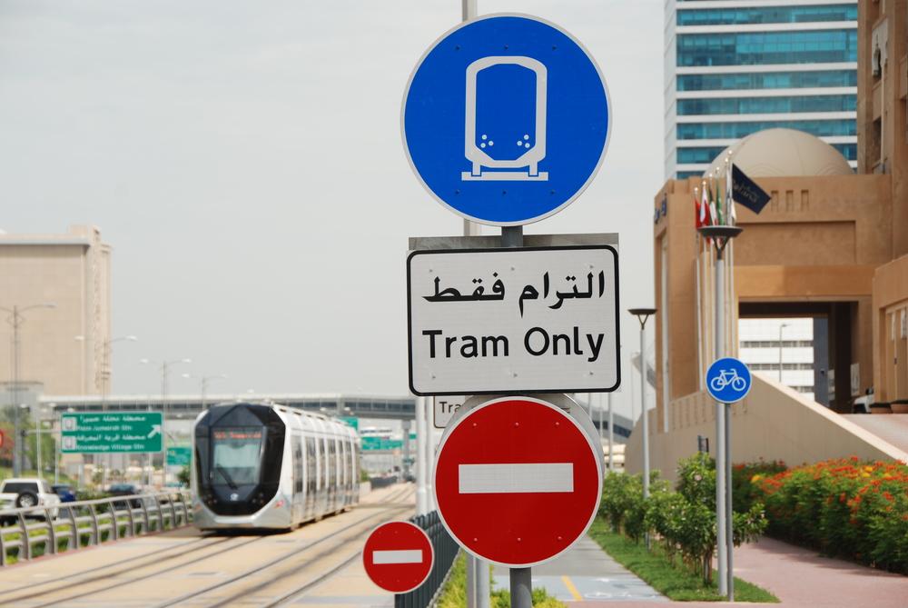 Tramvajová trať v Dubaji přinesla i celou řadu nových dopravních značení. (foto: Libor Hinčica)