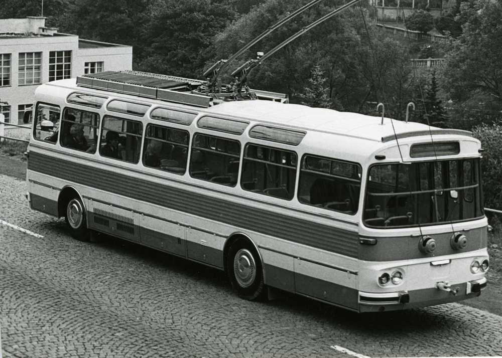 Pohled zezadu na trolejbus T11. Původně byly odporníky u trolejbusů (funkčního vzorku a prototypu) situovány pod podlahou vozu. Později byl prototyp přestavěn a vozy nulté série měly již odporníky na střeše z výroby. (sbírka: Libor Hinčica)