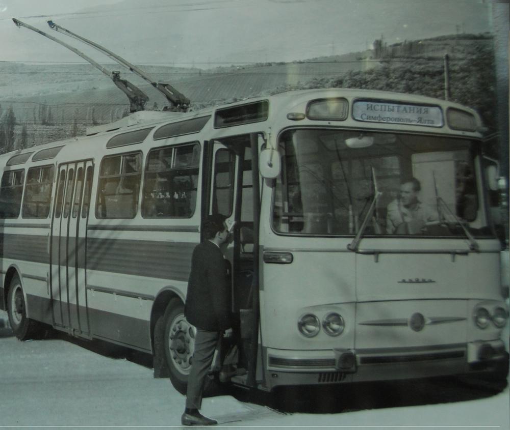 Od 30. 5. 1968 byl na Krymu zkoušen jeden z vozů T11 na meziměstské trati Jalta - Simferopol.Fotografie byla přefocena v muzeu historie městské dopravy v Simferopolu, jedná se však o fotomontáž snímku prototypu, nikoli o záběr z Ukrajiny.(foto: Libor Hinčica)