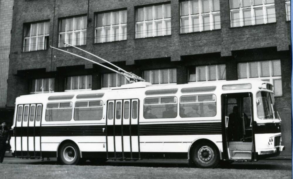 Funkční vzorek trolejbusu T11 se nápadně odlišoval mřížkou chladiče na čele. Podobně vypadal i trolejbus vyrobený v Gdyni. (sbírka: Libor Hinčica)
