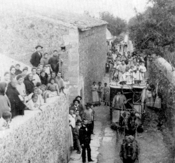 3,4 km dlouhá dráha Allaró  – Consell se vyznačovala velkým stoupáním a úzkými ulicemi, po nichž byla vedena. Muly tahaly tramvaje vždy dvě, zapřažené však byly za sebou. (zdroj: Wikipedia.org)