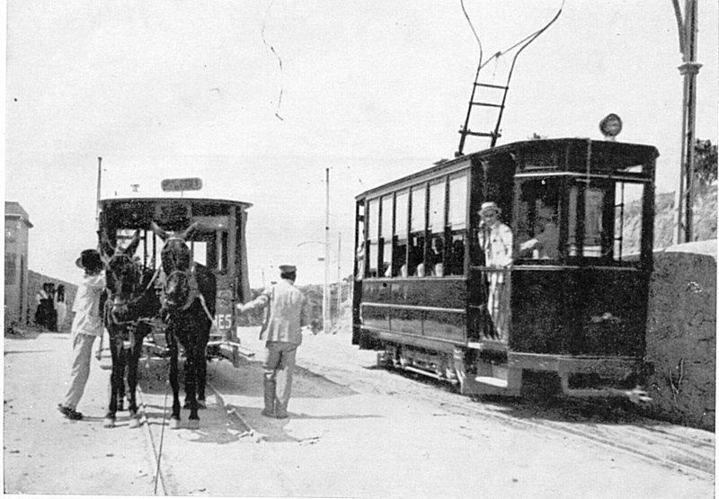 Od roku 1916 začaly být vozy tažené mulami nahrazovány elektrickými tramvajemi. (zdroj:  tranviasdepalma.blogspot.com )