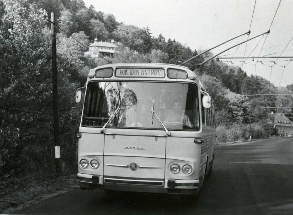 Prototypový trolejbus T11 na zkušební trolejbusové trati mezi Ostrovem a Jáchymovem na snímku z října 1965. (sbírka: Libor Hinčica)