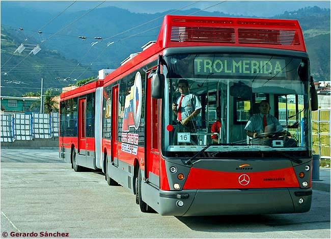 Článkový trolejbus zblízka, u dveří jsou zřetelné vyklápěcí plošiny, které pomáhají překonávat horizontální mezeru mezi vozem a náštupišti. (foto: Gerardo Sánchez)