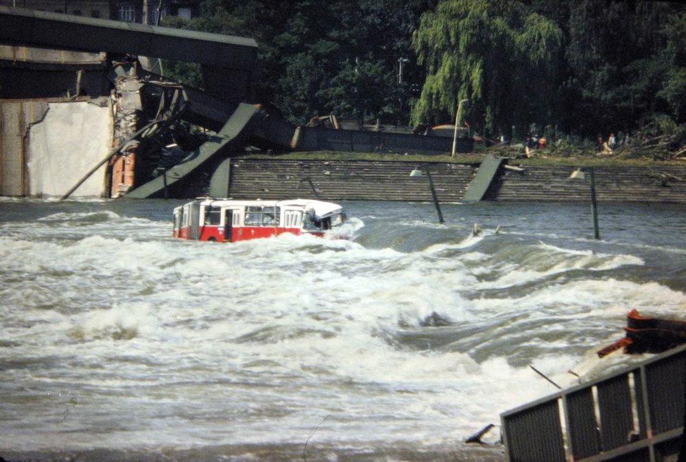 Autobus Gräf Steyr ev. č. 8084 se dne 1. 8. 1976 zřítil společně s dalšími vozidly do Dunaje, když se pod ním propadl most Reichsbrücke. (zdroj: Wikipedia.org)