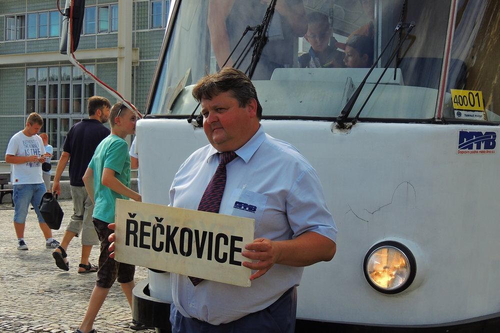 """Řidič poslední cedulové tramvaje pan Vybíral pózuje před fotografy s cedulí """"Řečkovice"""". (foto: Jakub Svoboda)"""