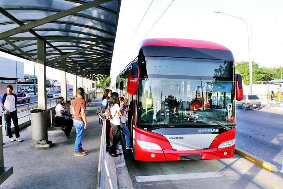 Trolejbusy jezdí čistě v dieselovém módu už přes dva roky, nadále se staženými sběrači.Snímek je z počátku června 2016. (foto: Transbarca)