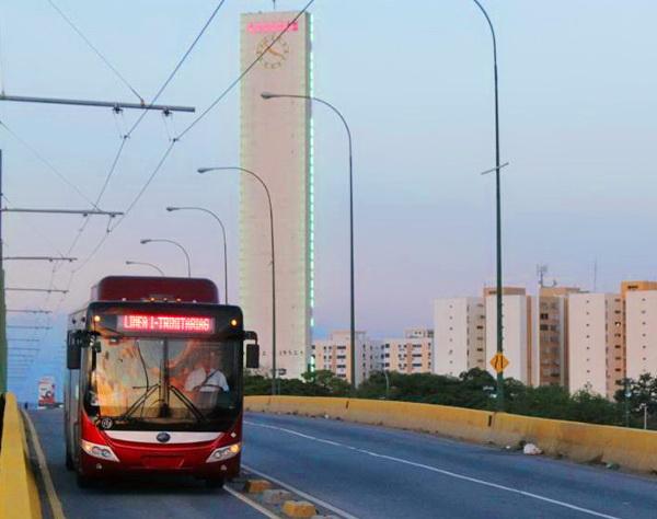 75 m vysokýbarquisimetskýobelisk postavenýroku 1952 při příležitosti 400letého výročí od založení města vytváří romantickou kulisu při jízdě po třídě Florencio Jiménez. Cestování se přitom děje pod dráty, které jsou ovšem nevyužívány a letos se začaly snášet. (foto: Transbarca)