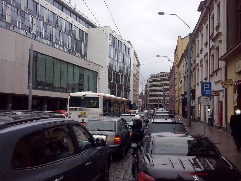 Plzeňská městská doprava se musí potýkat s přeplněnými ulicemi i neukázněnými řidiči. (foto: PMDP)