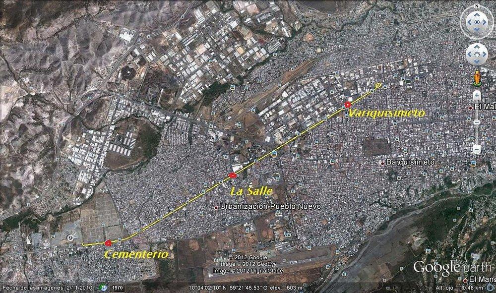"""Schematický zákres trolejbusové linky zprovozněné ve zkušebním režimu na konci roku 2012. V levém dolním rohu mapy je viditelná nedokončená intermodální stanice. Trolejbusy měly původně od (provizorní) konečné Variquisimeto (velké objekty v její blízkosti jsou součástí průmyslové zóny)pokračovat na konec žluté linie, odbočit doprava a směřovat dolů na jih, a to až k pravému dolnímu rohu starého hřbitova (Cementerio Viejo).Starý hřbitov je v mapě rovněž zřejmý, když se jeho pravý dolní roh nachází nad bílým nápisem """"Barquisimeto"""". Na tomto severo-jižním úseku ale nebylo možnékvůli nedostatku prostoru plnohodnotnýkoridor bez vyloučení ostatního provozu vystavět, a tak se mělo za to, že by troleje mimo vyhrazené pruhy nadělaly více škody než užitku, načež sem nikdy zavedeny nebyly. Od hřbitova měly trolejbusy pokračovat dále na východ –koridor tu sice později dobudován byl, ale už jen pro potřeby autobusů.(zdroj: skyscrapercity.com; autor:  Guaro! )"""
