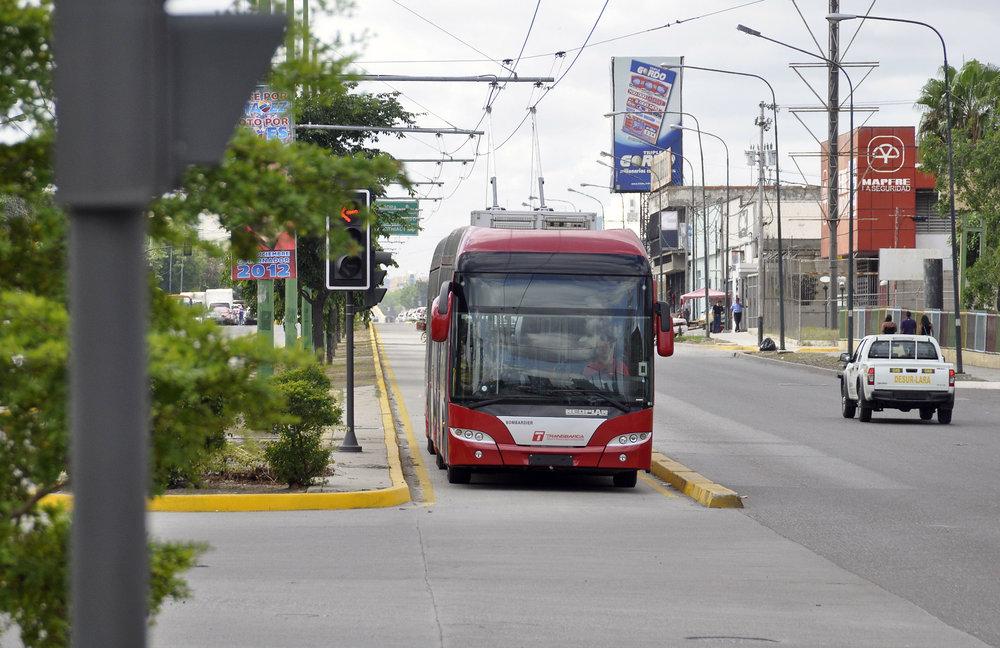Trolejbusy využívaly sběrače jen několik málo měsíců. Na snímku z roku 2012 si je možné povšimnout, že provoz trolejbusů je vůči okolní dopravě protisměrný, cožpak komplikovalo možnosti zavedení trolejbusů mimo koridory. Svého času sice panoval úmysl toto opatření zrušit a trolejbusy vysílat do provozu ve stejném směru jako okolní uliční provoz, nicméně v takovém případě by dveře trolejbusů nesměřovaly ke středovým zastávkám, které již byly většinou ve výstavbě, ne-li hotové, ale vně koridor, a tak byl tento úmysl posléze opuštěn. (foto: El Impulso)
