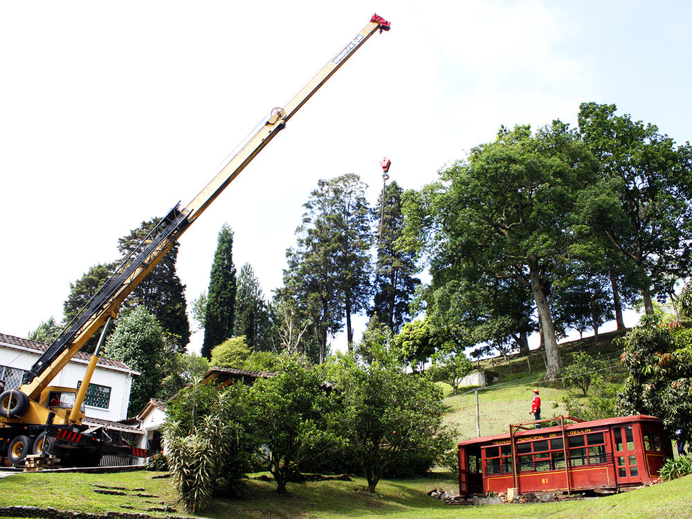 Jediná zachovaná medellínská tramvaj pamatující dávné časy byla během svého aktivního života přečíslována, když místo čísla 19 získala číslo 61. Po restaurováníjí bylo číslo 19 navráceno. Na snímku z roku 2012 vidíme pozemek v obci La Estrella (nedaleko obce Envigado) patřící jistéMarthěde Medina. Tato paníhistorický vůz vlastnila a rozhodla se jej prodat. (foto: Tranvía de Medellín)