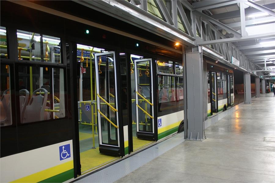 """Na dopravní infrastruktuře Medellín nešetří. Na snímku stanice BRT systému zvaného """"Metroplús"""". (foto: Metroplús S.A.)"""
