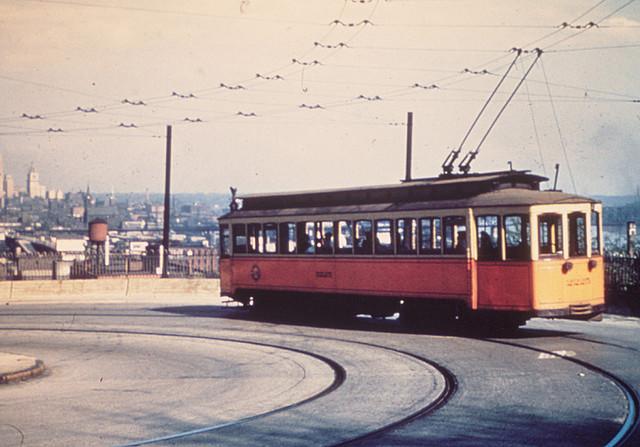 Tramvaje s trolejbusovými sběrači byly typickým znakem města Cincinnati. (zdroj: Wikipedia.org)