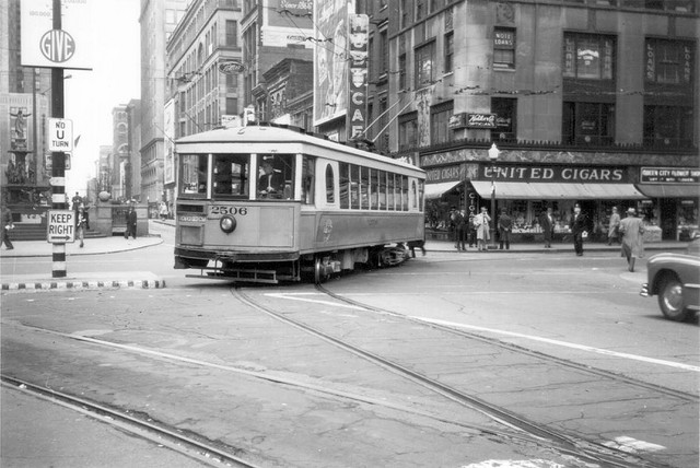 Ve 40. letech byl na jedné z křižovatek v centru města zdokumentován mohutný čtyřnáravový vůz ev. č. 2506. (zdroj: Wikipedia.org)