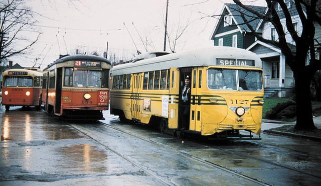 Tramvaje byly později nahrazeny autobusy a trolejbusy. Trolejbusy mohly na řadě úseků využívat původní tramvajové trolejové vedení. (zdroj: Wikipedia.org)