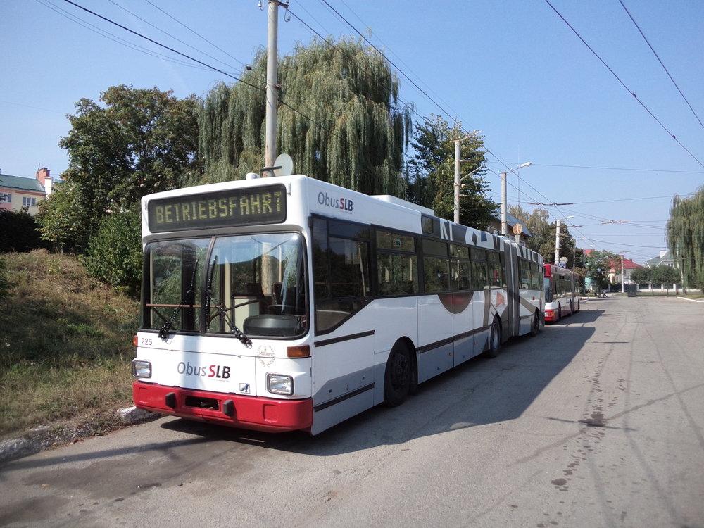 Vůz salzburského ev. č. 225 a za ním ještě ev. č. 240.