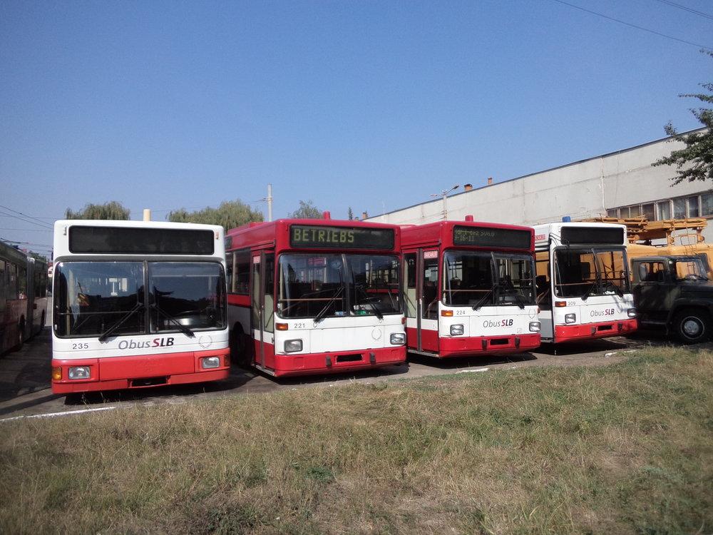 Vozy salzburských ev. č.235, 221, 224 a 209, vlevo lze vidět část vozu ev. č. 230.
