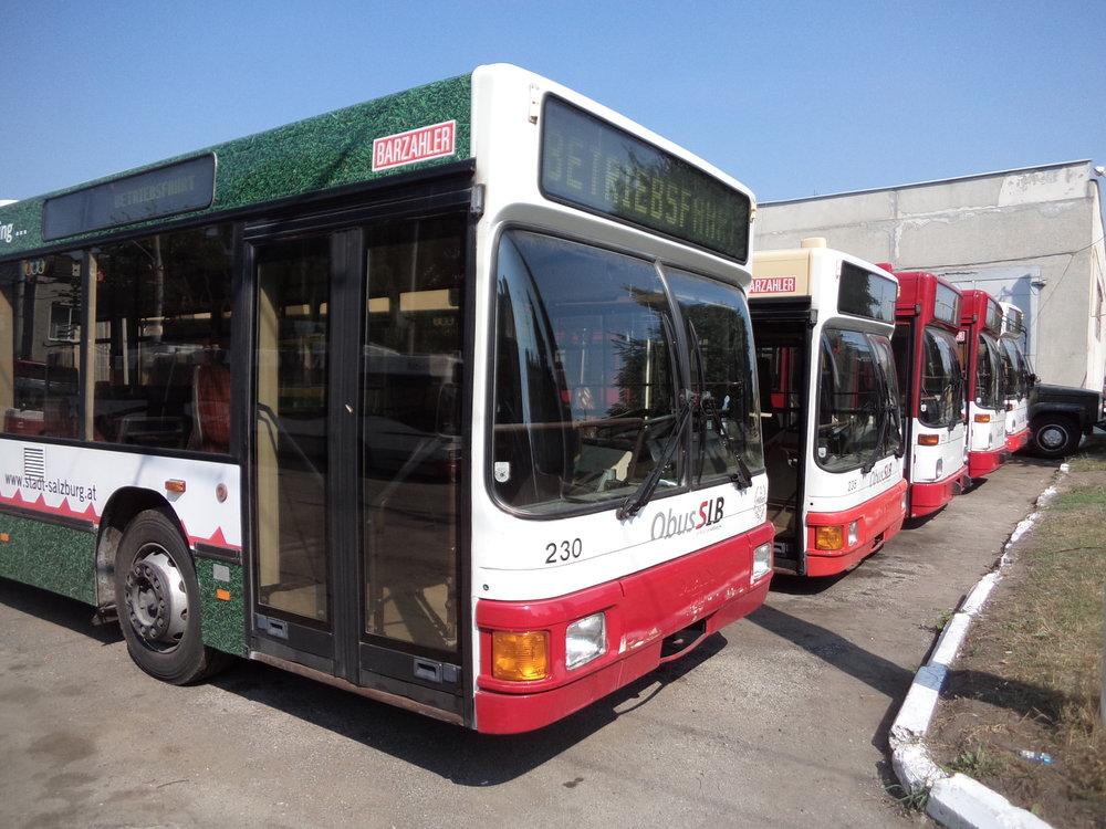 Pět ex-salzburských trolejbusů bylo ve vozovně seřazeno vedle sebe. Zbývající tři byly rozmístěny nedaleko.