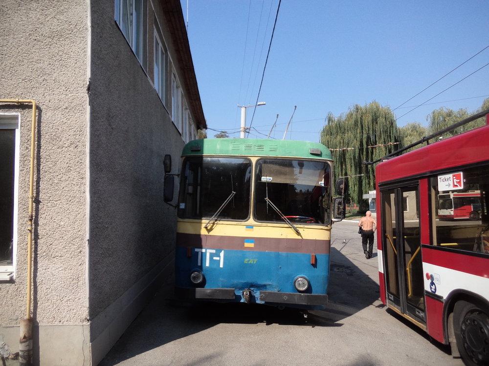 Služební vůz mají ve vozovně jen jeden, je typu KTG-1 a pamatuje samé počátky ivanofrankivské sítě, jejíž první úsek byl zprovozněn roku 1983.