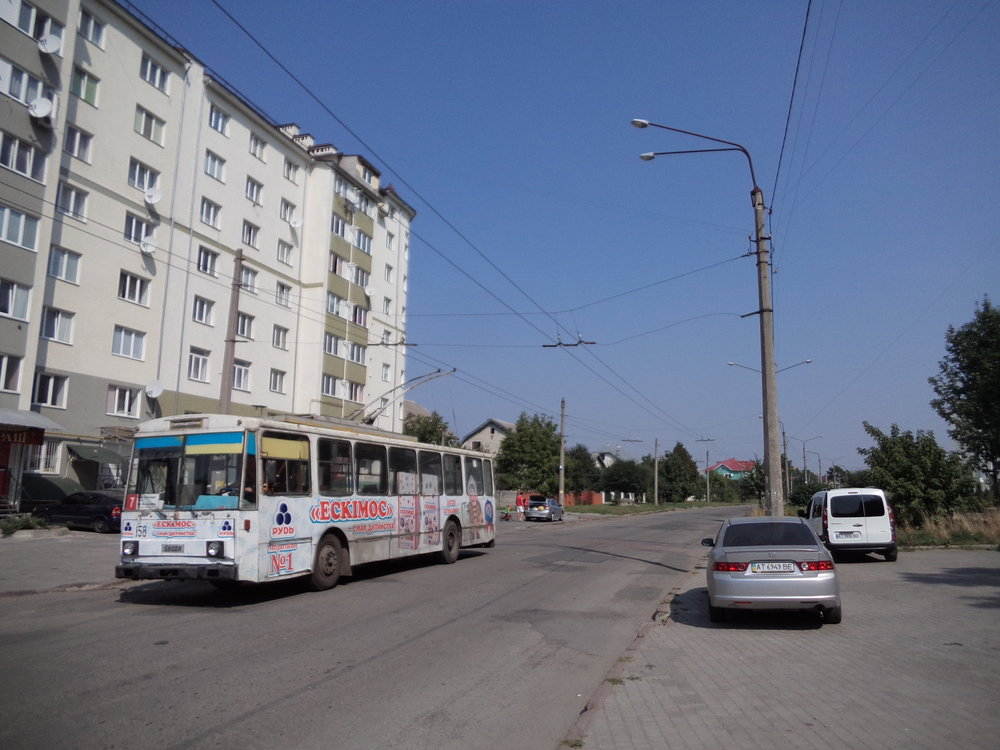 Ex-postupimský trolejbus ev. č. 158 na ulici Trolejbusna. Linka č. 7 tudy nejezdí, jedná se o výpravu z nedaleké vozovny.