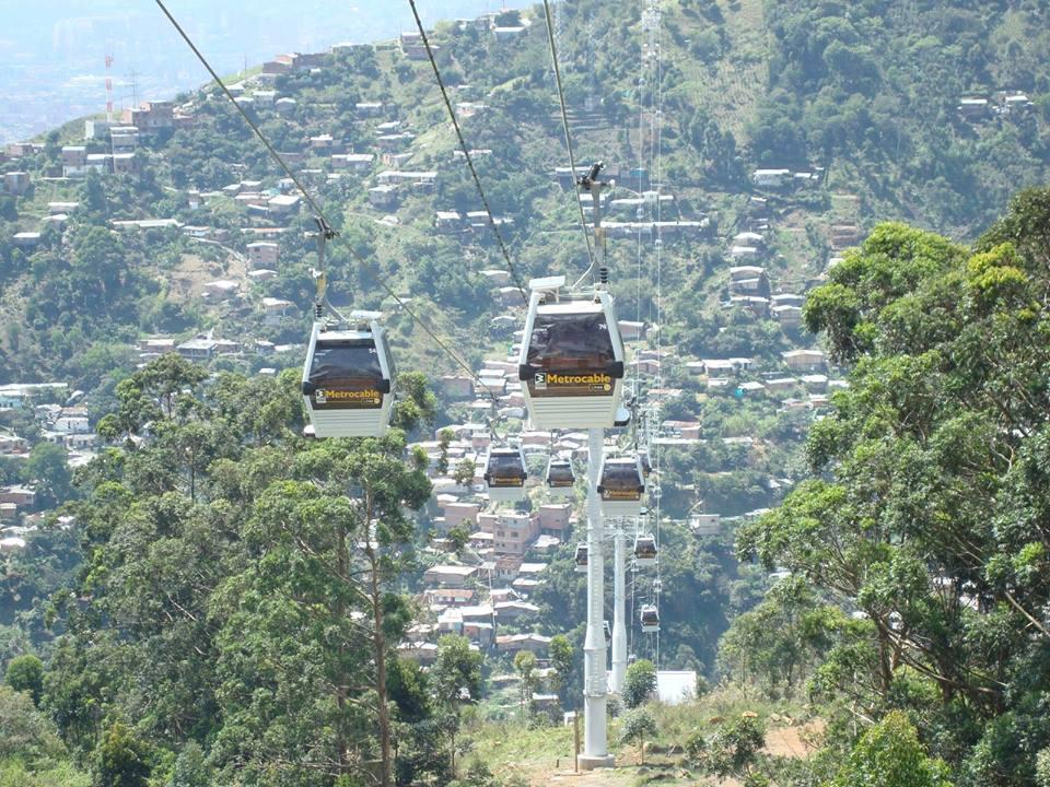 Na lanové dráhy jsou napojeny většinou chudší části Medellínu, které se rozvíjejí po přilehlých kopcích. Lanová dráha je pro místní obyvatele často jedinou alternativou k pěší chůzi.