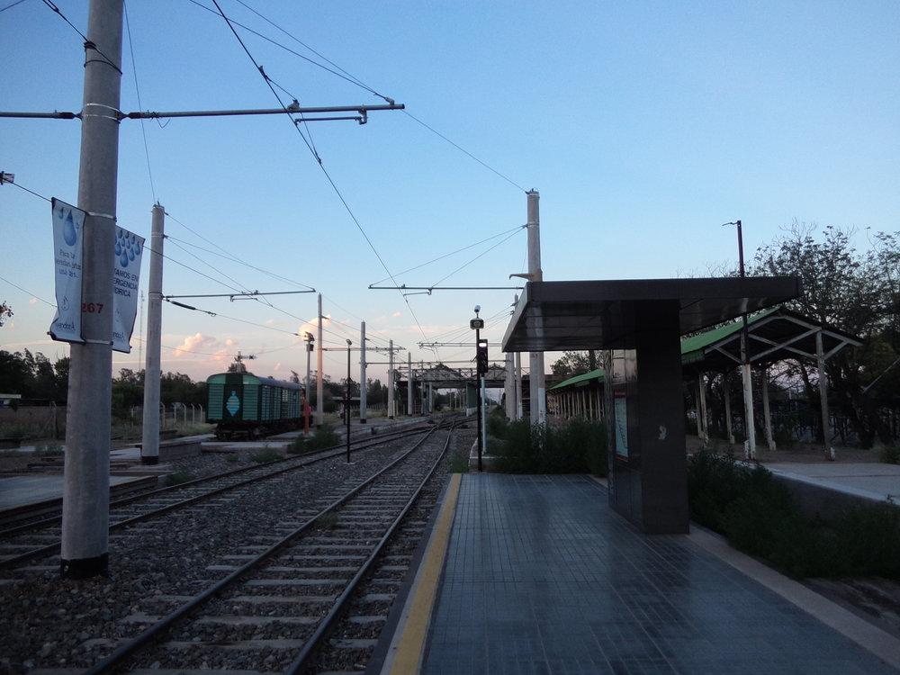 Pokud se vám zdají pražce poněkud delší, pak se nepletete, místo obvyklých zhruba 2,5 m mají o 20 cm více. Tamní železniční odbory a jiné kruhy totiž svého času tlačily na federální ministerstvo dopravy, aby se navždy nezavřely dveře možnému návratu širokorozchodných vlaků z Buenos Aires až k centru Mendozy. Nicméně montáž třetí kolejnice a tím vyvolanáúprava těch stávajících dvou se jeví jako krajně nepravděpodobná.