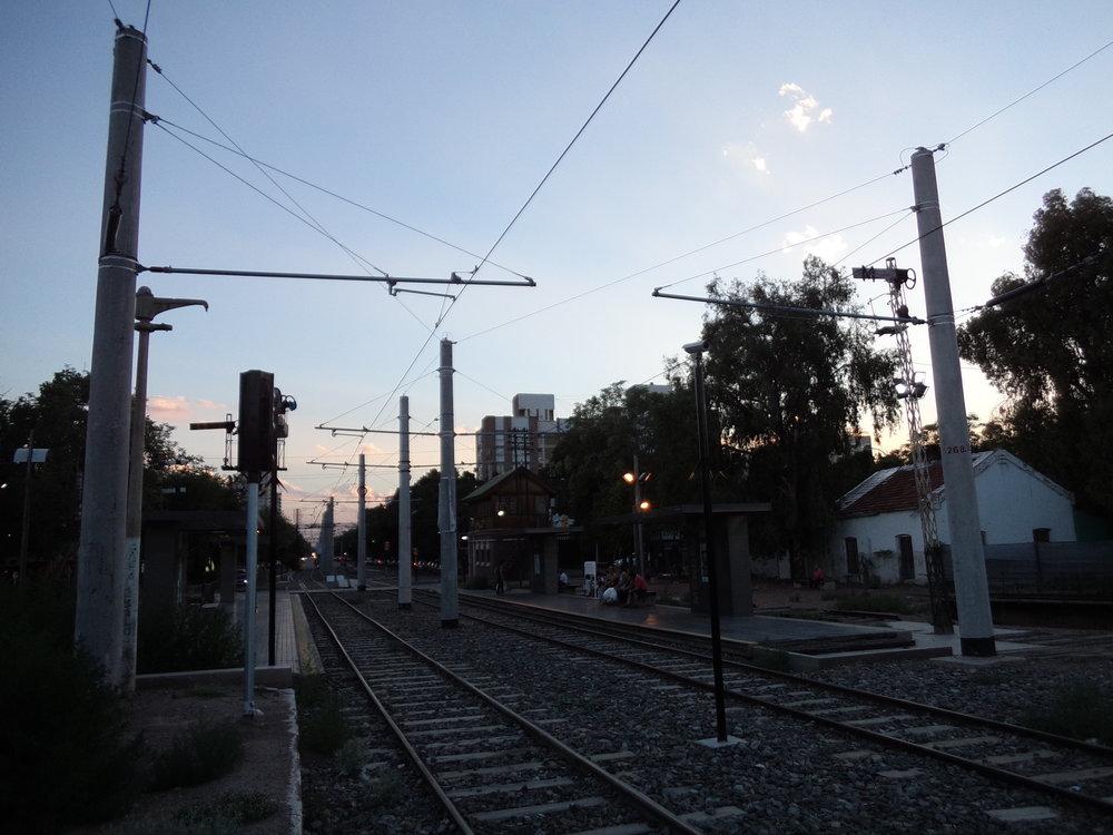 Konečná Estación Mendoza. Vlevo výstupní ostrůvek, vpravo nástupní.