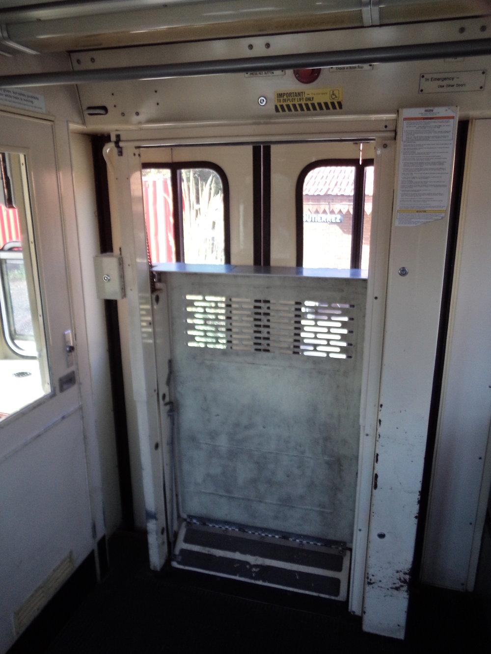 Soupravy typu U2 pro San Diego byly navrženy jako vysokopodlažní se schody, proto jim byla svého času namontována i tato plošina pro vozíčkáře.Vlaky z téže rodiny dodávané do jiných měst (Frankfurt nad Mohanem,Edmonton, Calgary)schody neměly, neboťnástupiště tamních provozů byly vyvýšena tak, aby byl přístup bezbariérový. Na druhou stranu jediné San Diego mělo své vozy z výroby klimatizované.