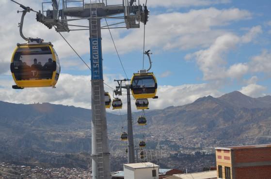 Nebýt nápisu na stožáru a cihlové budovy vpravo, jeden by na první pohled nevěřil, že snímek pochází z Bolívie.(foto:Ministerio de Obras Públicas, Servicios y Vivienda)