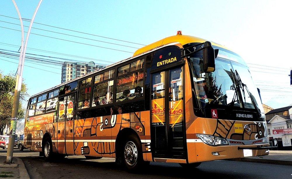 Autobusová doprava zajišťovaná městským podnikem donedávna v La Pazu neexistovala, přepravu cestujících zde po silnici zajišťovaly výhradně privátní subjekty, které však i dnes na trhu dominují. (foto: Leojauregui, wikipedia.org)