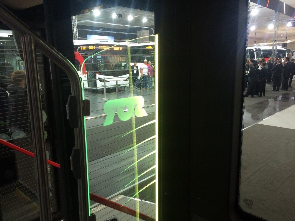 Detail prosvětlení skel v prostoru u dveří pomocí LED pásku, jenž průběžně měnil barvy. (foto: Libor Hinčica)