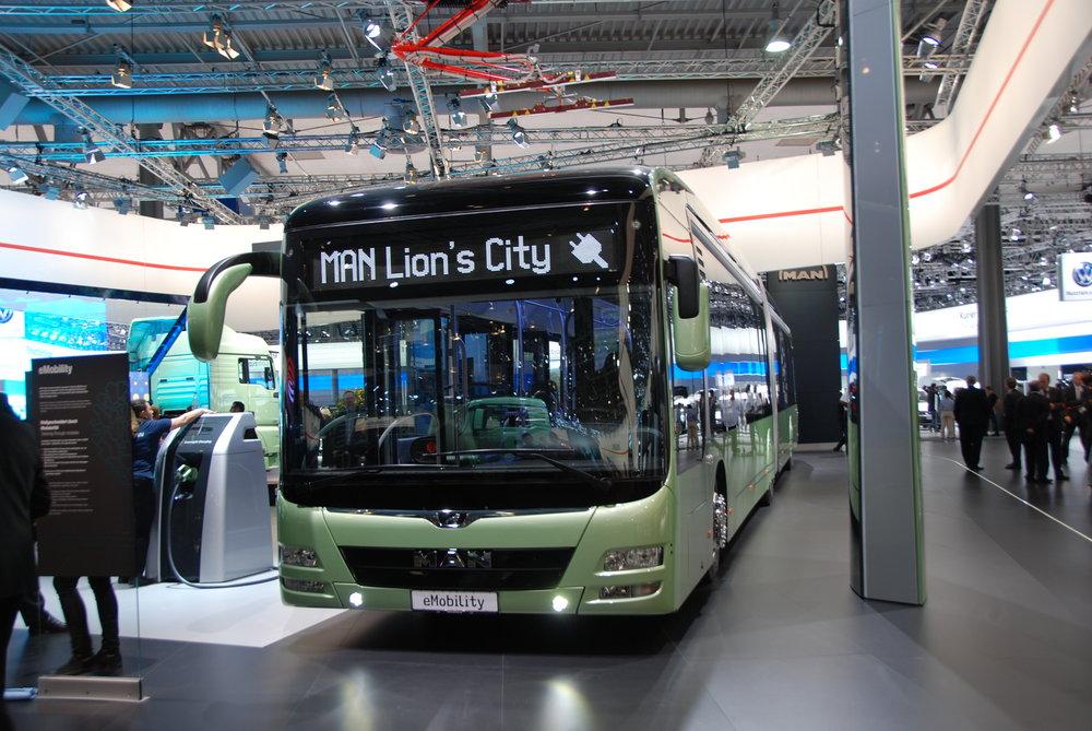 Na veletrhu nechyběl ani článkový elektrobus MAN, hlavní pozornost se ale soustředila na nový zájezdový autobus NEOPLAN, kterému se budeme věnovat v tištěném časopise. (foto: Libor Hinčica)