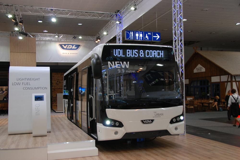 Nizozemská firma VDL představila celkem tři novinky. Jednou z nich byl i vůz Citea LLE o délce 9,9 m. (foto: Libor Hinčica)