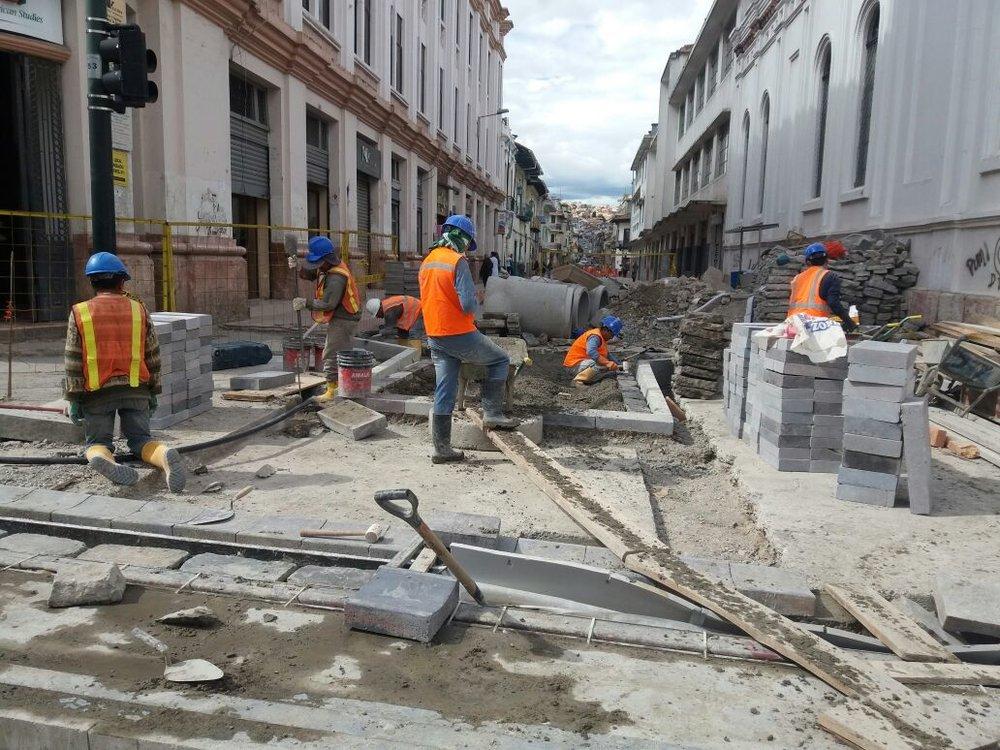 Stavební práce na ulici Gran Colombia v centru města v říjnu tohoto roku. (foto: Tranvía Cuenca)