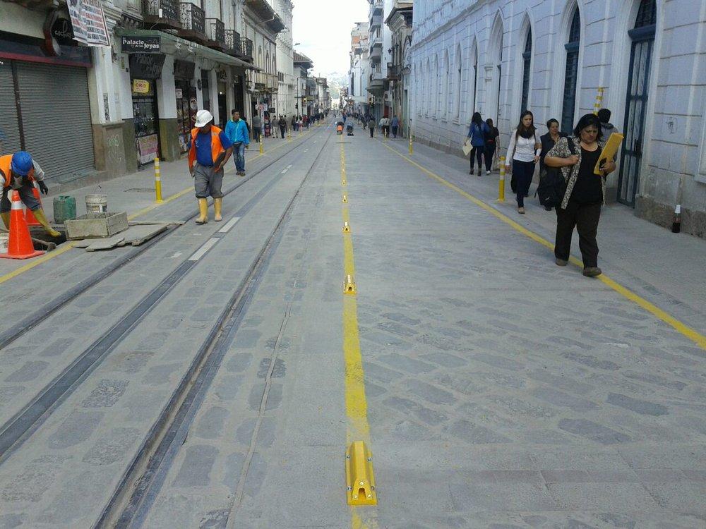 Zatímco někteří tramvaje do centra města nechtějí s tím, že vrchní vedení centrum hyzdí nebo je překážkou pro to, aby byla nalezena dohoda s vlastníky některých okolních domů, druzí se již rovnou uchýlí k řešení, které případnou nepřízeň ze strany některých stěžovatelů předem vyloučí... (foto: Tranvía Cuenca)