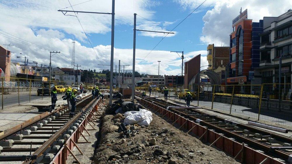 Na třídě De las Américas se na konci září 2016 pokračovalo v pokládce kolejí v místech, kde ještě nebyly. (foto: Tranvía Cuenca)