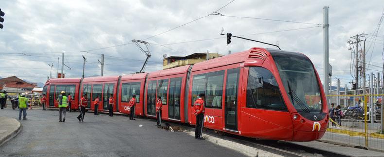 Snímek z prvotních jízd tramvají ulicemi města. Tramvaj vyjíždí z odbočné trati do Vozovny na třídu De las Avenidas.(foto:Gobierno Autónomo Descentralizado Municipal del Cantón Cuenca)