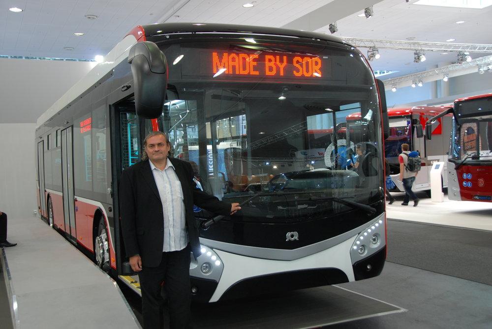 Patrik Kotas pózuje před svým posledním projektem - konceptem elektrobusu SOR. (foto: Libor Hinčica)