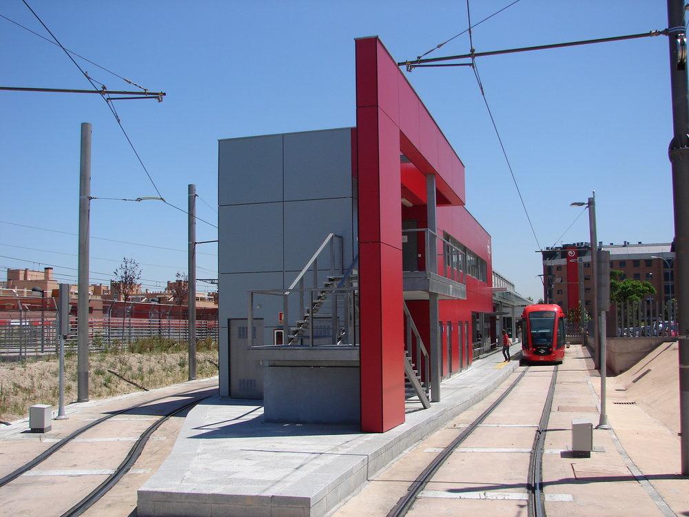 Architekt Kotas se nezřídka snaží vytvářet významné orientační body v zástavbě. Poukazuje přitom na to, že podobně se projektují či v minulosti projektovaly dopravní stavby také jinde ve světe. Obrázek představuje například tramvajovou zastávku v Madridu. (foto: atelier Patrika Kotase)