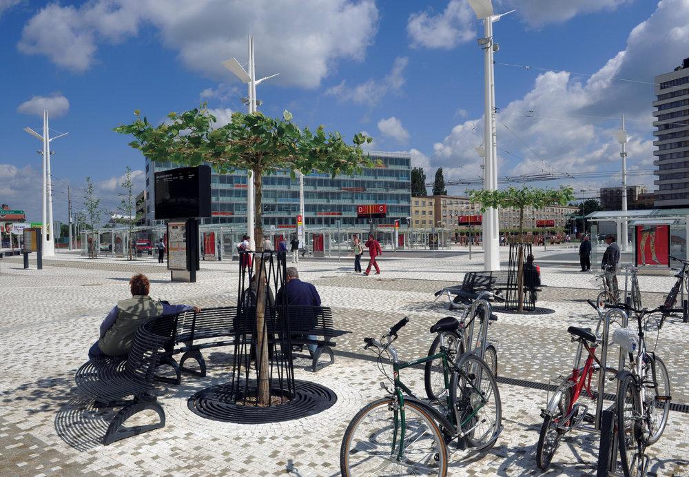 Riegrovo náměstí v Hradci Králové. Architektonické řešení od architekta Kotase značně změnilo podobu přednádražního prostoru. (foto: atelier Patrika Kotase)