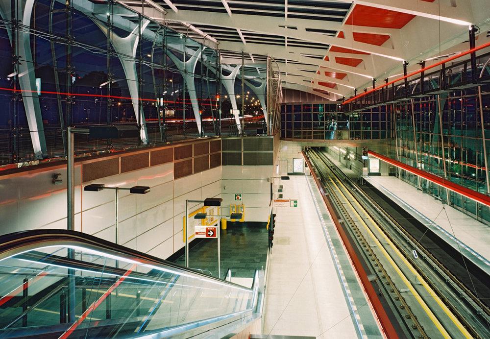 Hala stanice metra Střížkov. Metro je stále zahloubené pod povrchem země. Stavba však vystupuje nad povrch. (foto: atelier Patrika Kotase)