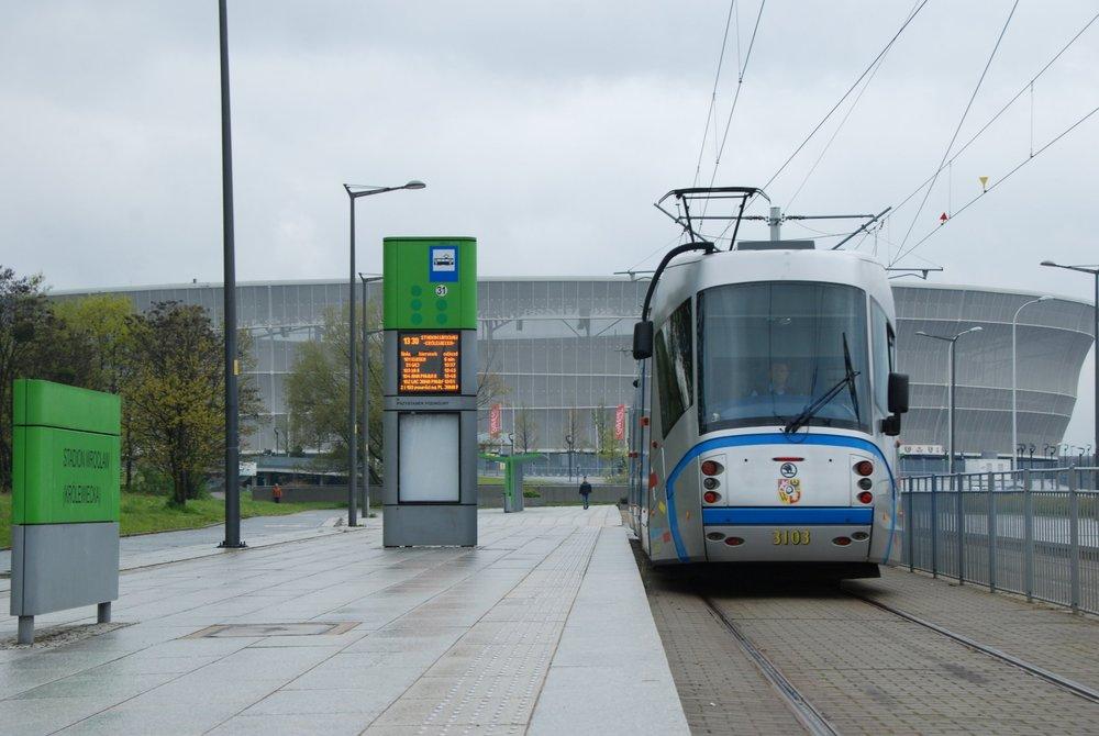 Ve Wrocławi slouží i české tramvaje Škoda 16T a 19T. (foto: Libor Hinčica)
