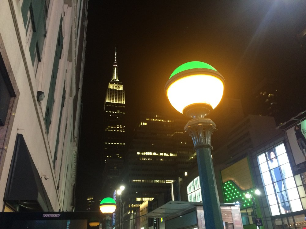 U vstupu do metra na 34St/Penn Station narazíte nejen na zelené lampy, ale také na osvětlenou budovu Empire State Building. (foto: Libor Hinčica)