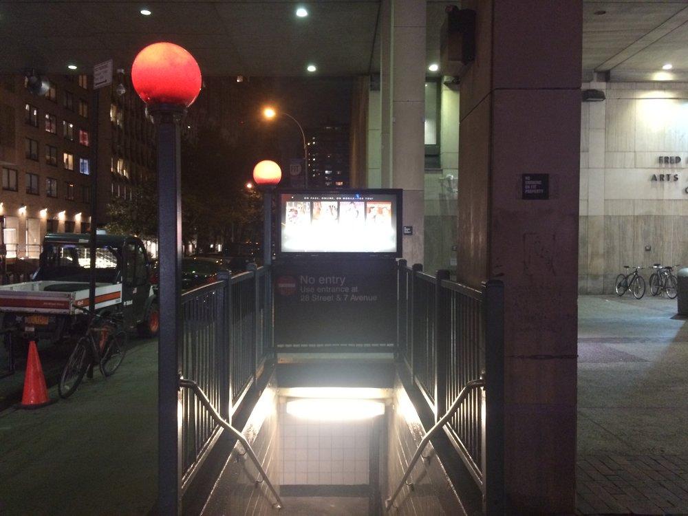 Starší provedení celočervené lampy na 28St.(foto: Libor Hinčica)
