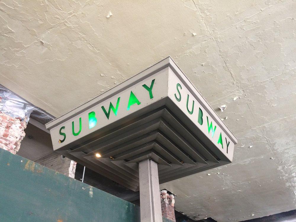 Ne všechny lampy musí být kulaté. Zelené podsvícení bylo aplikováno také do některých starších (či naopak novějších) typů původního osvětlení stanic. Tento snímek pochází například z Brooklynu.(foto: Libor Hinčica)