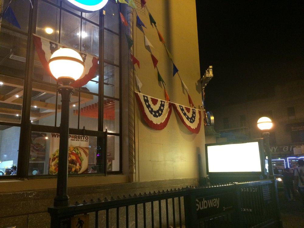 Ač se může na první pohled zdát, že lampy na Church Av Station svítí do tmy žlutě, ve skutečnosti jsou zelené. To je ale patrné jen na denním světle.(foto: Libor Hinčica)