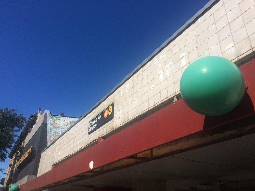 Nejtypičtější provedení lamp u vstupů do stanic metra je dnes tvořeno rozdělením kulatých lamp na dvě poloviny. Vrchní je zelená (méně často červená), spodní pak čirá. Zde však máme možnost vidět ještě starší verzi.(foto: Libor Hinčica)